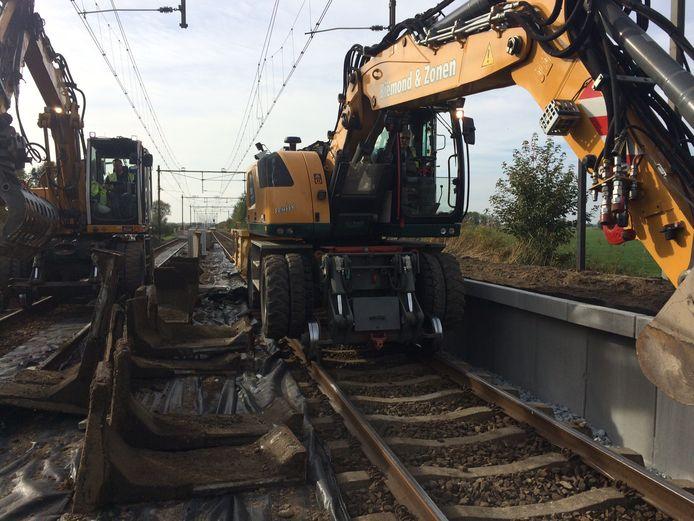Geen treinen bij Ravenstein en dus vrij baan voor de speciale kranen die over het spoor kunnen.