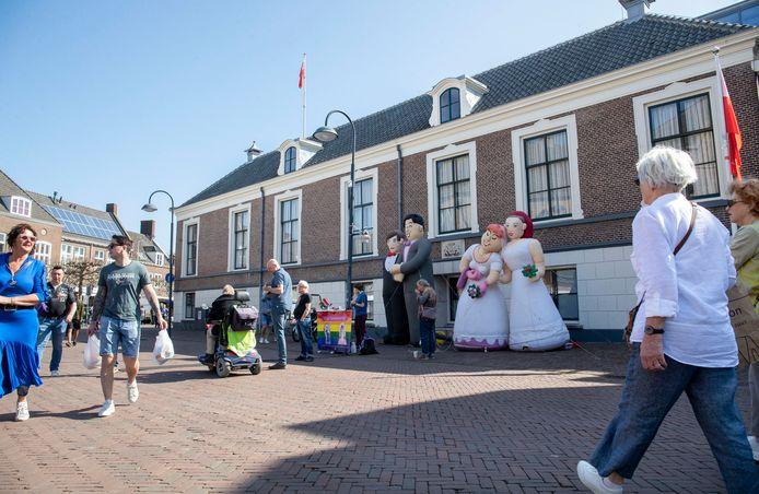 Reuzenpoppen bij het gemeentehuis.