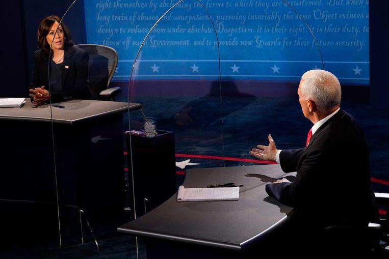 Kamala Harris (links) en Mike Pence (rechts) achter plexiglas tijdens het debat. Beeld AFP