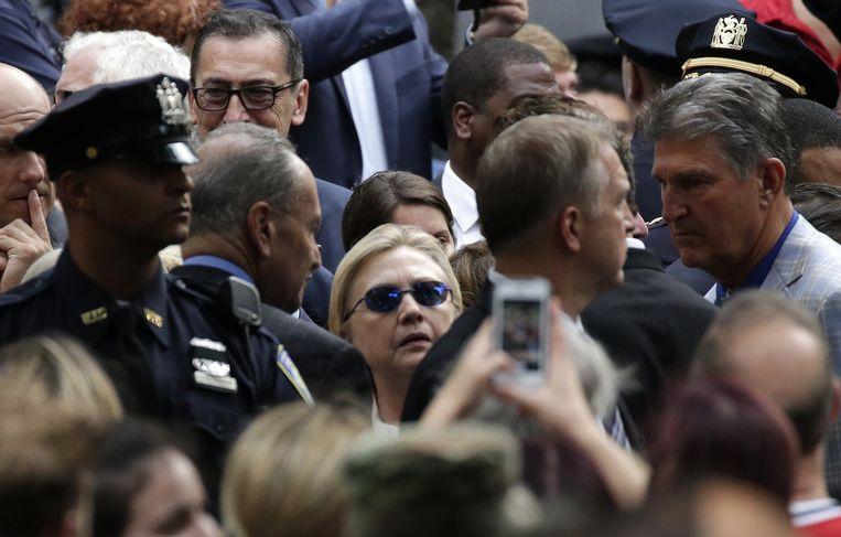 ► Clinton tijdens de herdenking van vijftien jaar 9/11. Niet veel later zou ze de plechtigheid moeten verlaten. Beeld Photo News