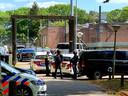 Een drietal werd geboeid afgevoerd bij de jeugdgevangenis in Breda. (archieffoto)