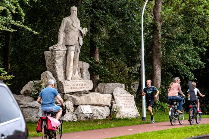Het beeld van President Steyn bij station Deventer is al jaren doelwit van protesten. Steyn wordt verweten dat hij apartheid verheerlijkte.
