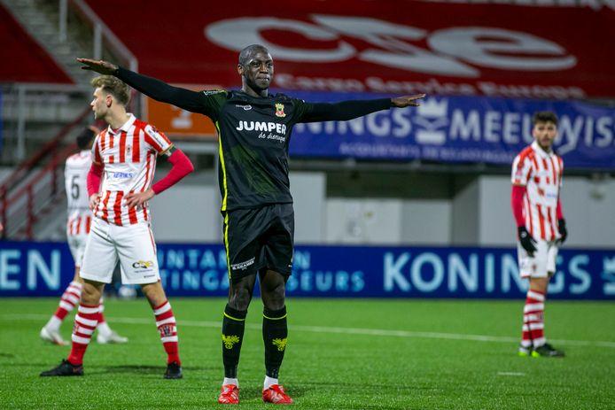 Jacob Mulenga viert een van de vier doelpunten van Go Ahead Eagles.
