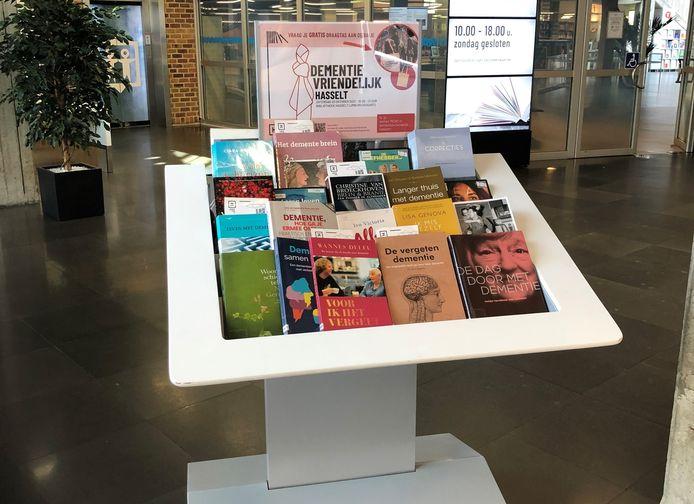 Hasselaren en bezoekers kunnen nu een themastand over dementie vinden in de inkomhal van de Bibliotheek Hasselt Limburg aan het Kolonel Dusartplein.