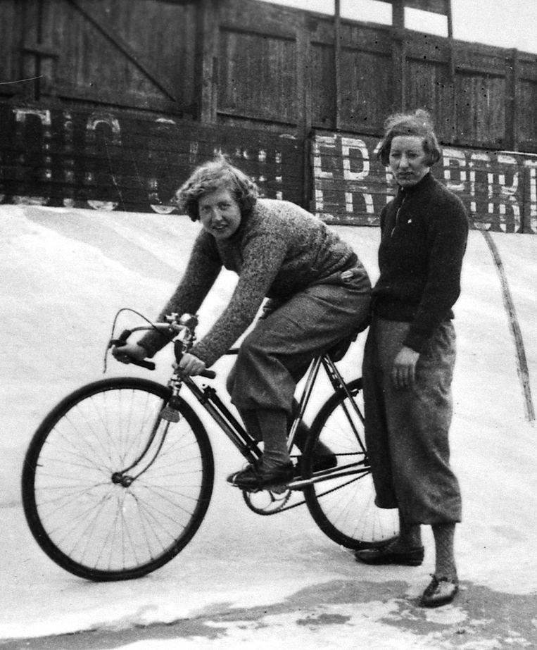 Vrouwelijke wielerpionier Mien van Bree op de piste. Beeld rv