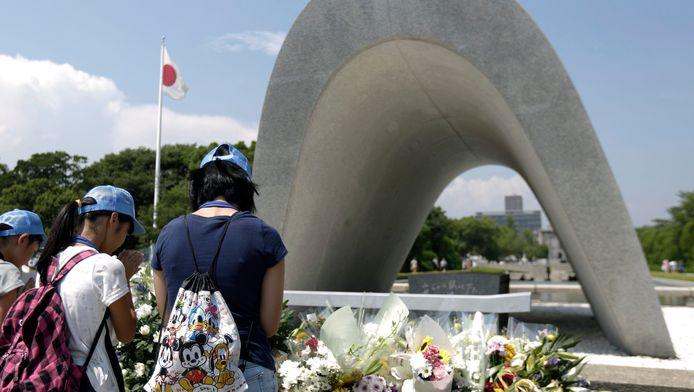 Kinderen betuigen hun respect voor de slachtoffers van de atoombom op Hiroshima.