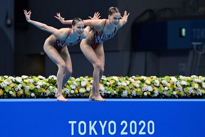 Netherlands' Bregje De Brouwer and Netherlands' Noortje De Brouwer compete in the women's duet technical routine artistic swimming event during the Tokyo 2020 Olympic Games at the Tokyo Aquatics Centre in Tokyo on August 3, 2021. (Photo by Attila KISBENEDEK / AFP)