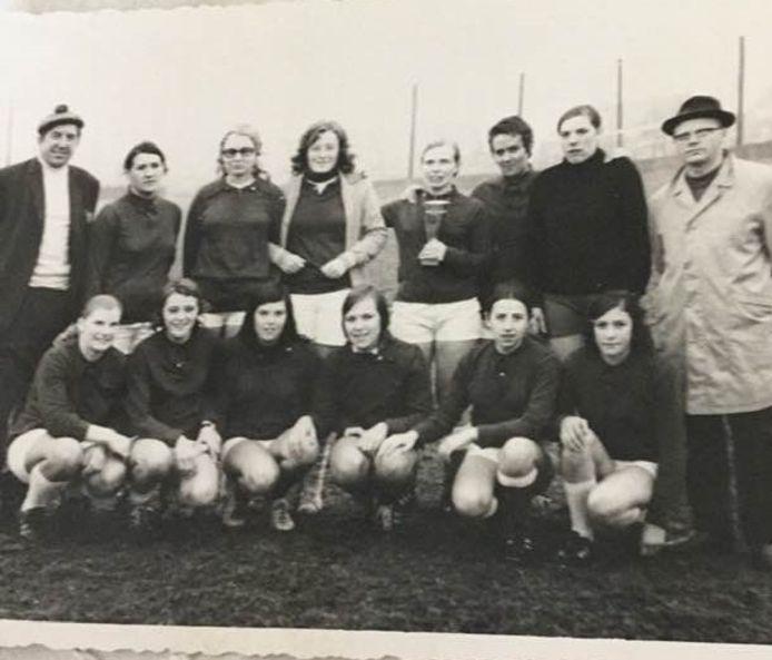 Op 24 april 1971 speelden deze vrouwen hun eerste match, de start van vrouwenvoetbal in Zulte.