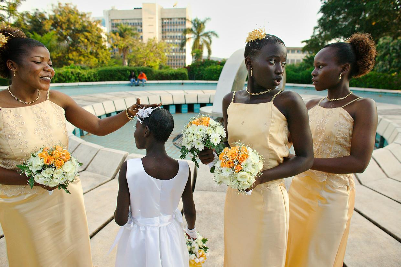 Bruiloftsgasten bij het zwembad van een hotel in Kampala.  Beeld Hollandse Hoogte