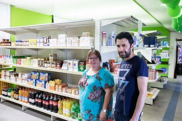 Chantal en Ismail zijn twee van de vele krachten die de sociale kruidenierswinkel Bieskruid draaiende houden.