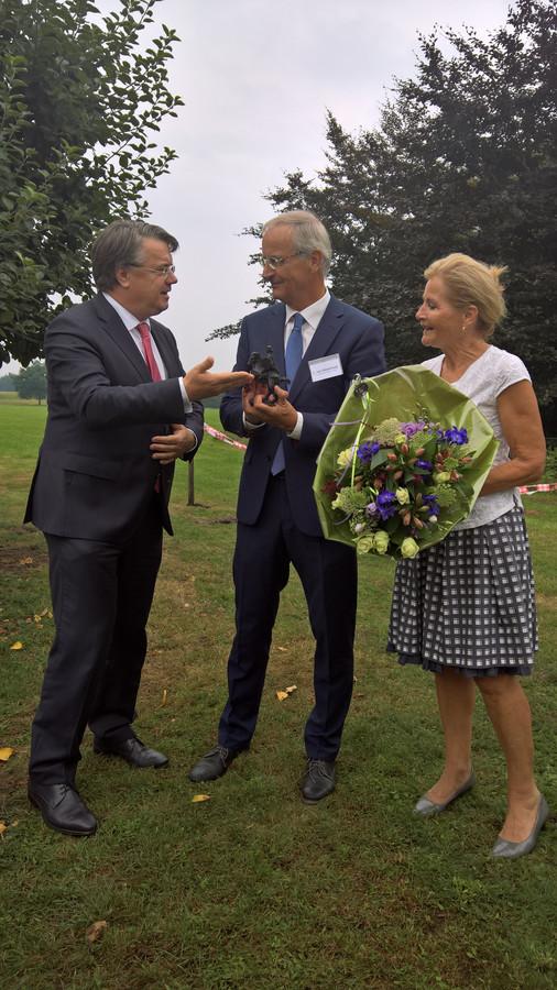 Lambert van Nistelrooij ontvangt de Hertog Jan uit handen van Commissaris van de Koning Wim van de Donk.