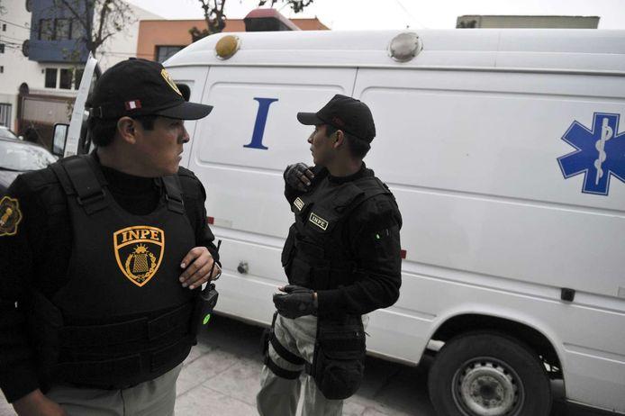 Foto ter illustratie. Politieagenten in Peru voor een ambulance