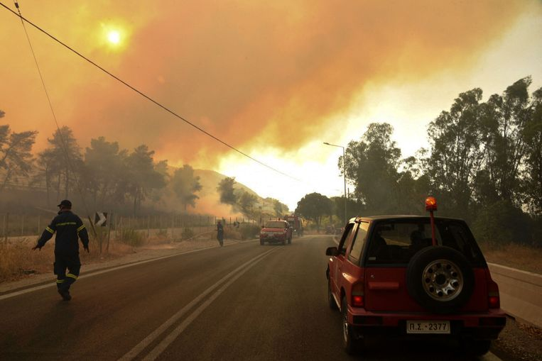 Dikke rookpluimen stijgen op boven Labiri. Beeld AFP