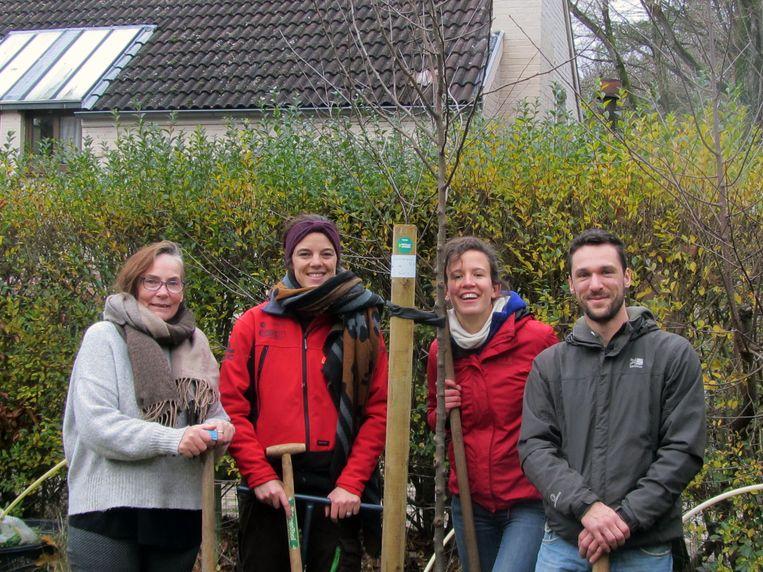 Groen aanplanting verkiezingsbos, met in het rood toekomstige gemeenteraadsleden Josien Van Dyck en Sarah d'Hertefelt. Foto RV