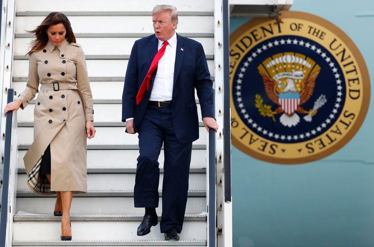 De Amerikaanse president Trump en First Lady Melania stappen uit het vliegtuig in Melsbroek.  Beeld REUTERS