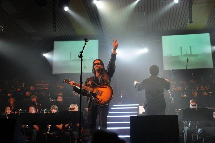Tom Verstegen als Bono tijdens het muziekspektakel What a feeling in Langenboom. foto Ed van Alem