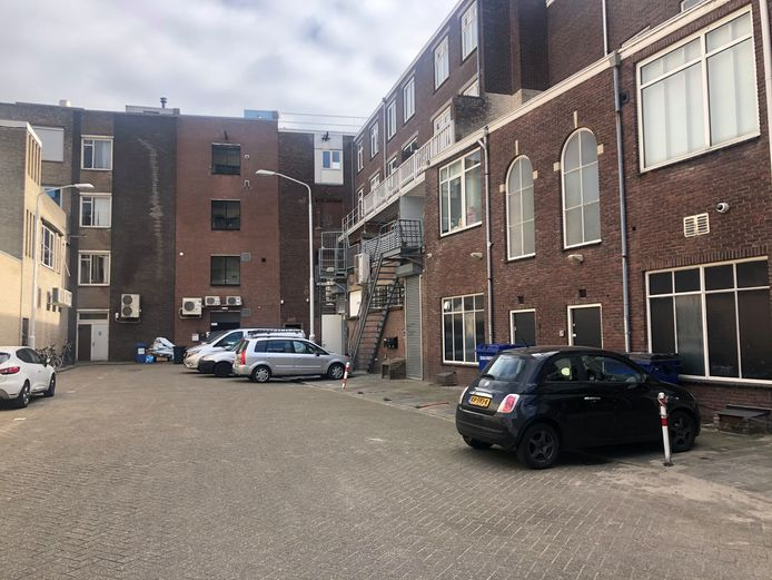 De parkersituatie op het Krabbendampad: half in het vak, half uit het vak.