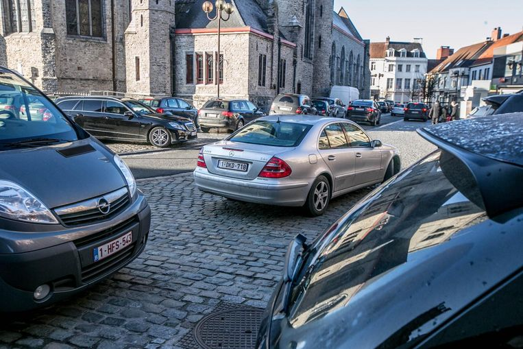 Enkele auto's staan foutief geparkeerd. Die riskeren vanaf vandaag een GAS-boete van de parkeerwachter.