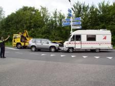 Camper en auto botsen frontaal op Rondweg Borculo