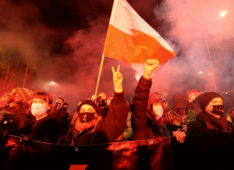 In de Poolse hoofdstad Warschau en andere steden in het land betogen demonstranten al sinds vorige maand tegen de aangescherpte abortuswet. Beeld AP