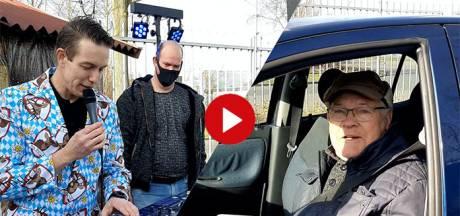 Video van de Dag | Deze carwash in Deventer bouwt een Tiroler feestje inclusief draaitafel én braadworsten