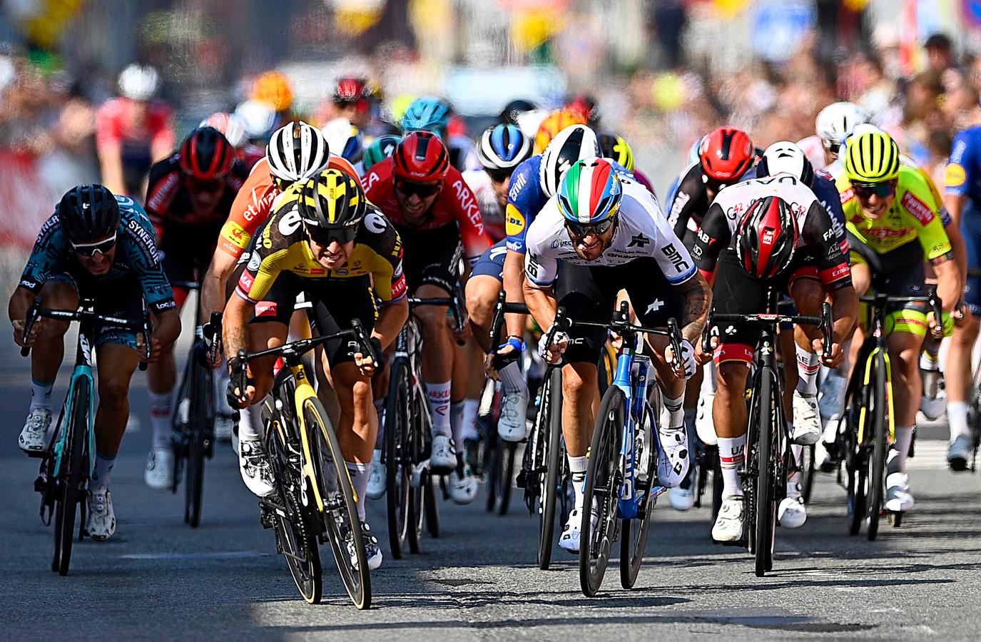 Dylan Groenewegen (links) is sneller dan Giacomo Nizzolo.