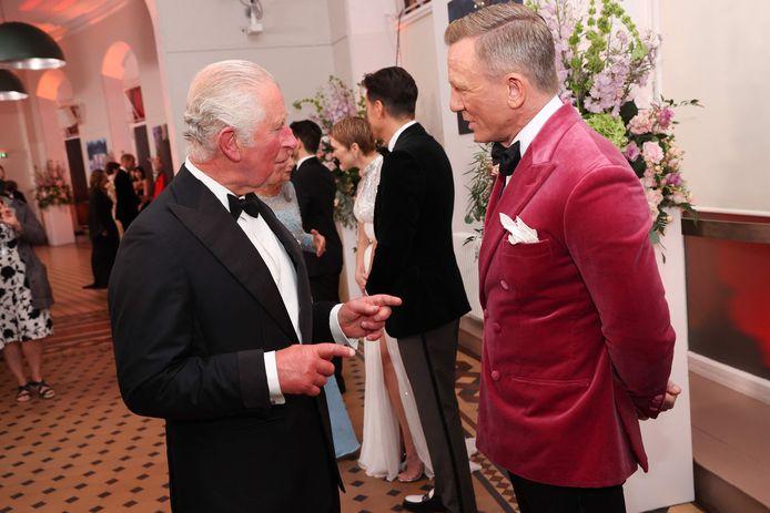 Prins Charles praat met Daniel Craig.