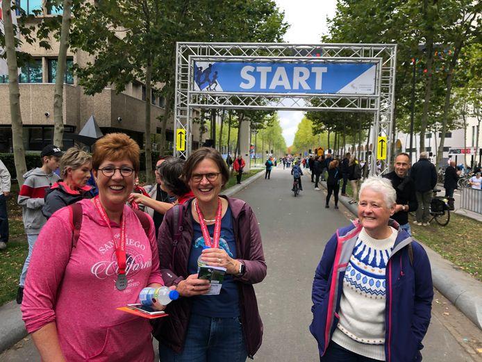 Hetty Walk (links) en Saskia van Veen van de wandelgroep van Eindhoven Atletiek bij de finish van de 20 kilometer wandeltocht van de Marathon Eindhoven.
