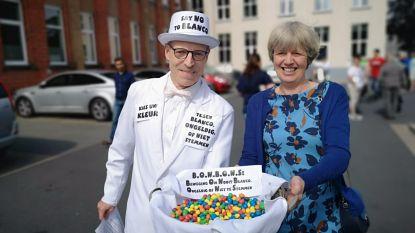 Cabaretier helpt onbesliste kiezers juiste stem uitbrengen met... M&M's