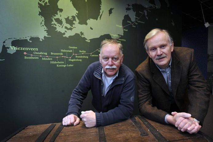 Voorzitter Gerhard Boes (links) van de Vereniging Oud Vriezenveen en secretaris Constant Buursen van de Stichting Twente-Rusland.