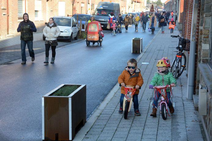 Stalen bloembakken zorgen ervoor dat chauffeurs niet langer fietsers kunnen inhalen over het voetpad.