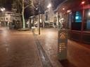 Het is zaterdagnacht uitgestorven op het Caterplein in Apeldoorn.