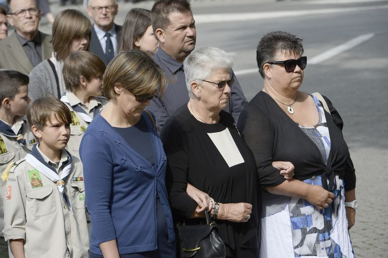 Celie Dehaene, de weduwe van Jean-Luc Dehaene, wordt ondersteund door haar familieleden. Beeld BELGA