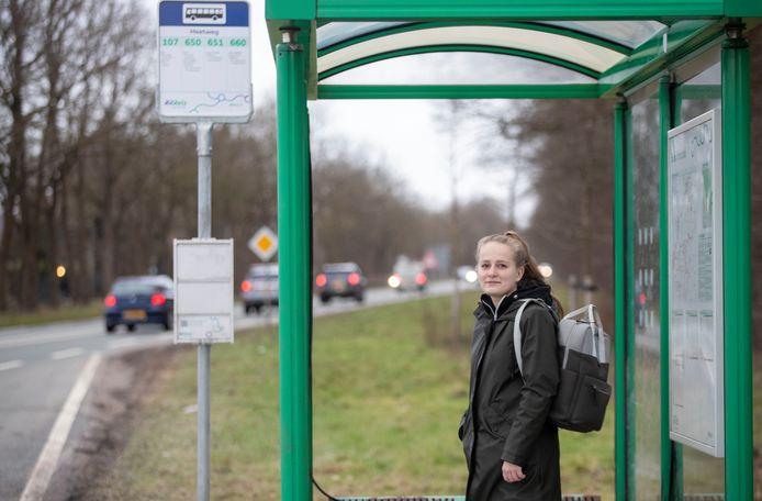Nina Schut gaat met de bus naar school, door de nieuwe dienstregeling stoppen er nu minder bussen bij de bushalte aan de Heetweg.
