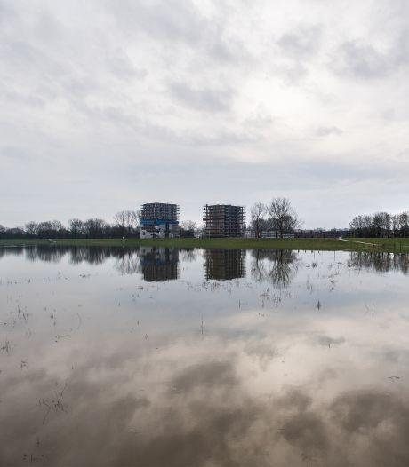 Nieuwe Haven in Arnhem door hoogwater tjokvol cruiseschepen