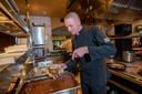 Een van de afhaalgerechten van Auberge Navet in Apeldoorn is wildraget. Chefkok Cees Jonker schept een bakje vol.