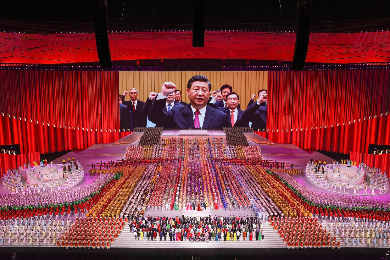 President Xi verschijnt op een groot scherm tijdens een voorstelling ter viering van het honderdjarig bestaan van de Chinese Communistische Partij, eind juni in Peking.  Beeld Lintao Zhang / Getty