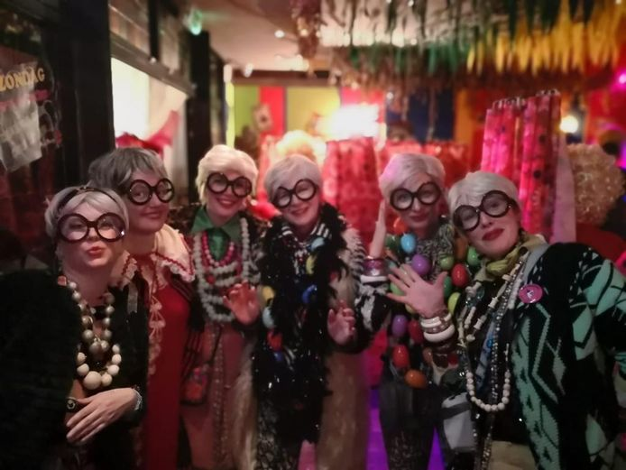 (Een deel van) De Paula's van ons Mam verkleed als mode icoon Iris Apfel