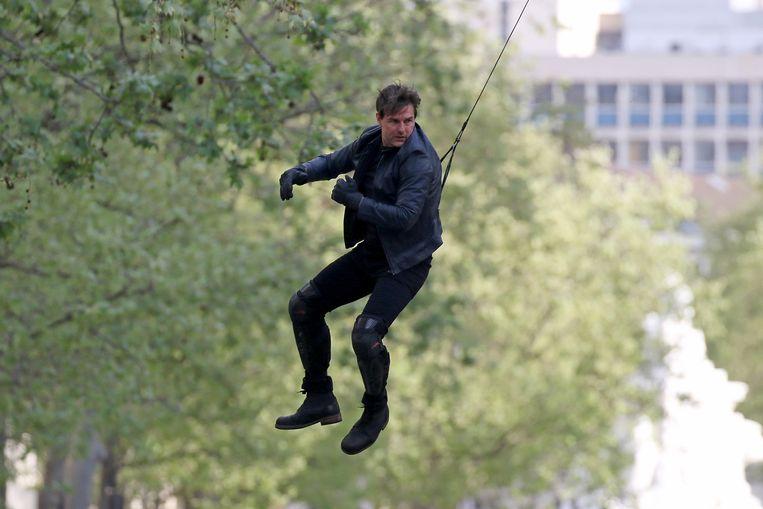 Tom Cruise voert een stunt uit op de set van Mission: Impossible 6. Beeld GC Images