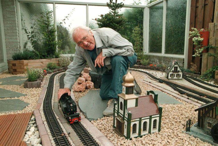 Appie Baantjer en zijn modeltreinen. Beeld