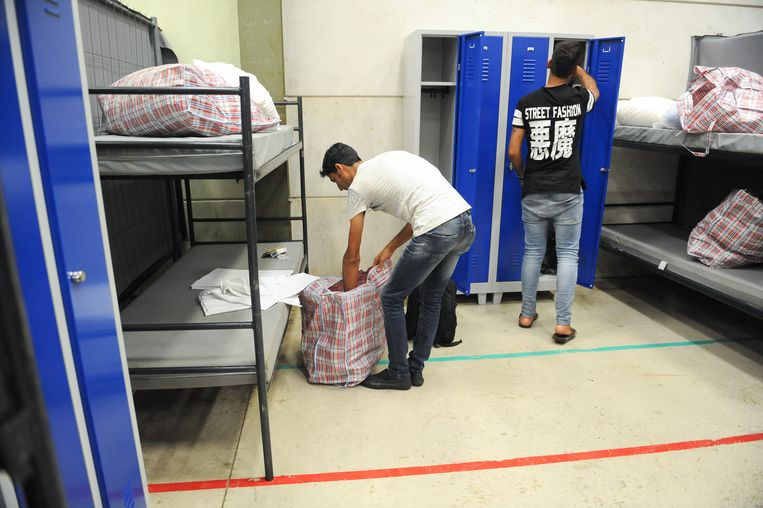 Ook in Belgische Bierset, nabij Luik, is noodopvang geopend voor nieuwe immigranten omdat de bestaande opvangcentra vol zitten. Beeld belga
