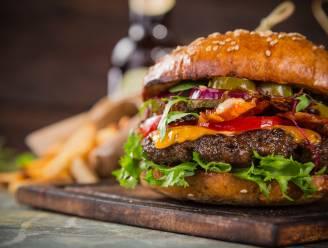 Gedaan met droog vlees en wakke broodjes: zo bak je zelf de lekkerste hamburgers