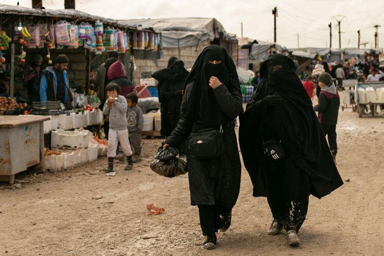 Mensen die ooit op de vlucht sloegen voor IS mengen zich in het kamp met geradicaliseerde vrouwen. Beeld AP