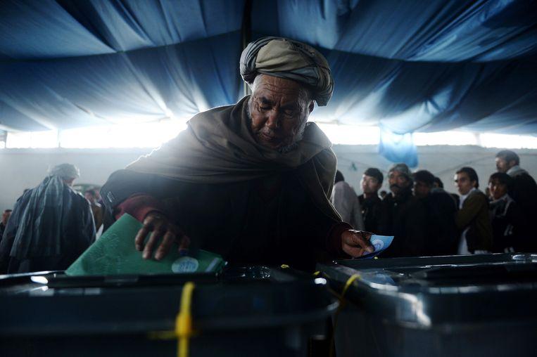 Een Afghaanse man brengt in 2014 zijn stem uit. Beeld AFP