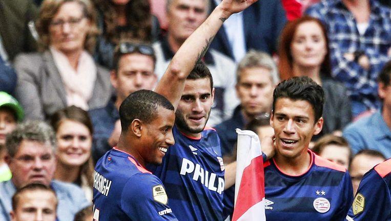 Gáston Pereiro, hier in het midden, wordt na zijn 1-0 gefelicitered door Narsingh en Moreno. Beeld EPA