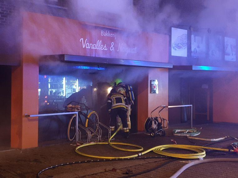 De brandweer aan de bakkerij.