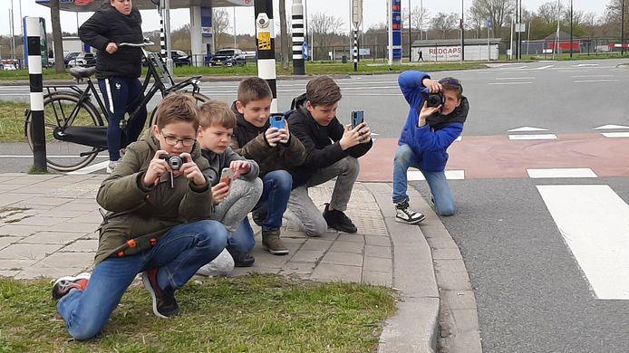 Jonge carspotters in Leusden (van links naar rechts) Cas, Abel, Roan, Olaf en Thijm.