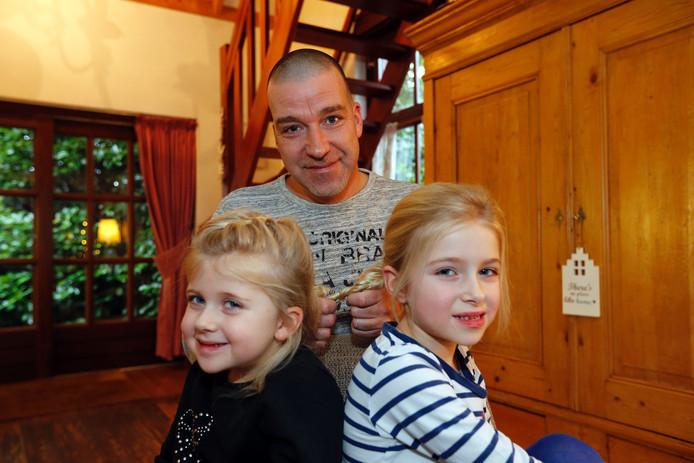 Patrick van Hoof met zijn dochters Julie (l) en Nine.