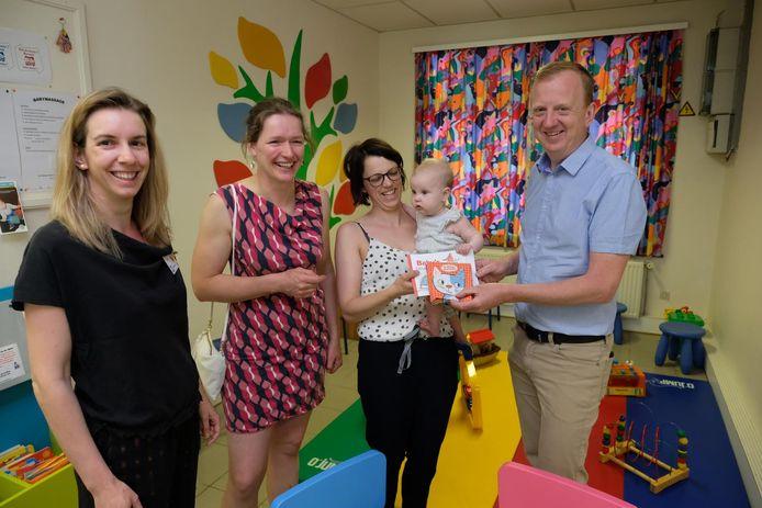 Ann (van de bibliotheek), schepen Sandra Hoppenbrouwers, baby Lexie met haar mama en burgemeester Lukas Jacobs.