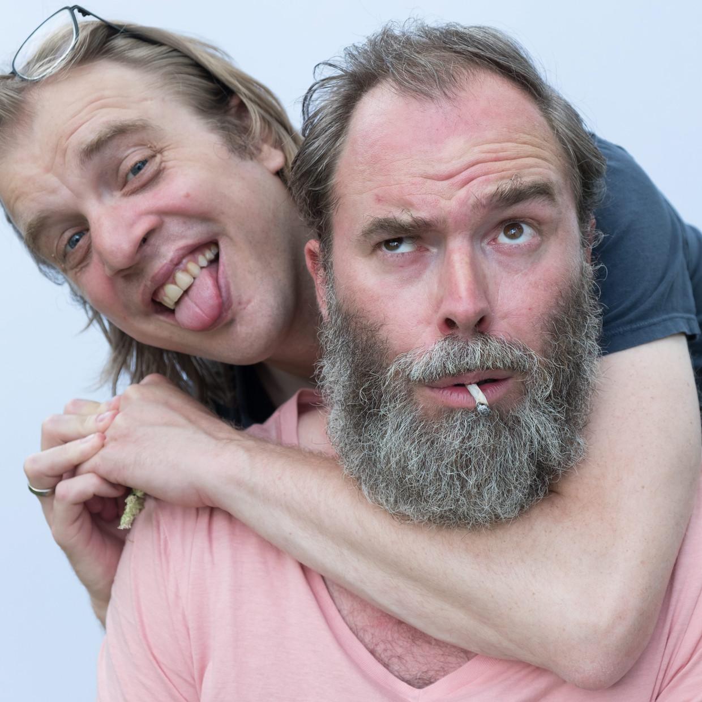 Tomas De Soete en Jan Jaap van der Wal (l.), twee hoofdrolspelers in de serie 'Fiskepark'.  Beeld © De Mensen